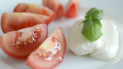 Tomaten mit Mozarella und Basilikum