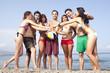 Freunde mit Ball im Kreis in Urlaub