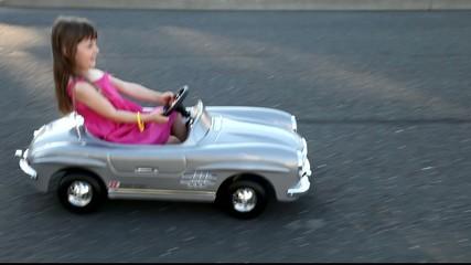 Fille dans une auto jouet