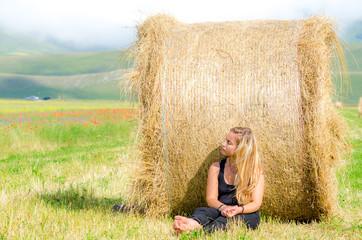 ragazza seduta in campagna