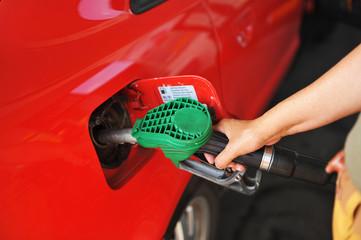 Llenado del depósito de gasolina del coche