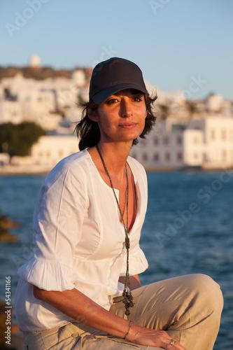 Donna con cappellino in viaggio