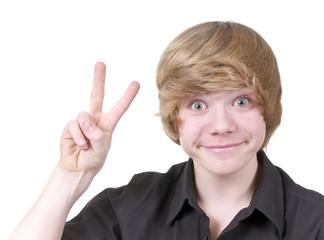 Junge zeigt Victory Zeichen