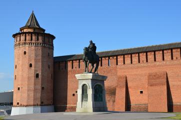 Памятник Дмитрию Донскому на фоне стены Коломенского кремля
