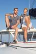 Mann und Frau jung beim Segeln auf einer Yacht