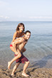 Paar spielt am Strand