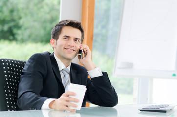 junger mann telefoniert in der mittagspause