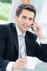 junger mann führt ein telefonat