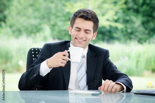 junger geschäftsmann macht eine kaffeepause