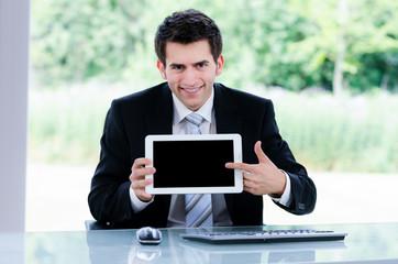 geschäftsmann zeigt auf tablet