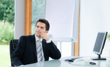 businessmann überlegt