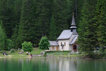 chiesetta sul lago di Braies