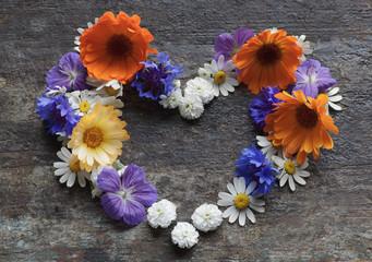сердце из цветов на старинном столе