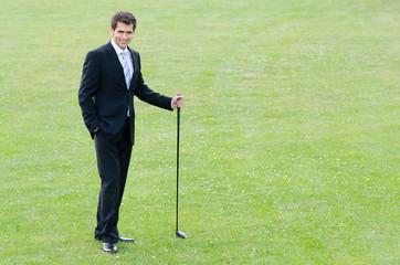 junger businessmann auf dem golfplatz