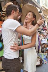 Liebespaar im Sommerurlaub beim Shoppen
