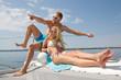 Traumurlaub - junges Paar im Sommer im Badeanzug am Meer