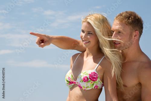 Glückliches lachendes Paar am Strand