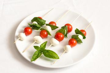 Spiedini di pomodori, mozzarella e basilico