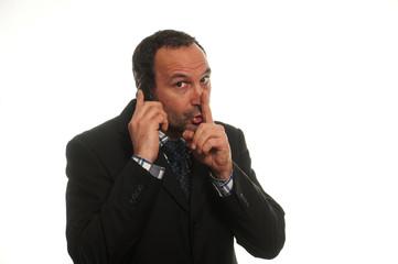 businessman al telefono chiedendo silenzio
