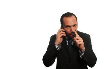 businessman scaccolandosi mentre parla al cellulare