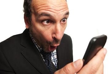 businessman sorpreso guardando il cellulare