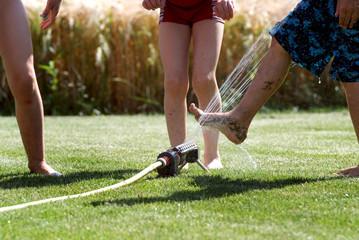 Wasserspaß mit dem Rasensprenger