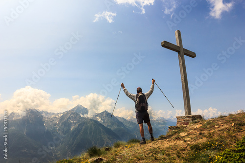 Arrivo in cima alla vetta con croce