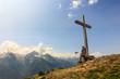 Seduto sotto la croce in montagna