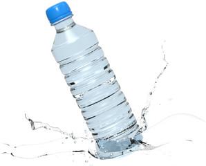 Botella de plástico con chorro de agua