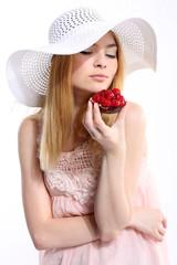 kobieta z ciastkiem