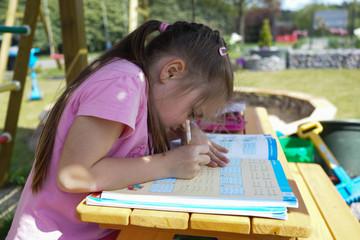 Hausaufgaben im Garten machen