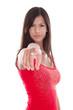 Frau isoliert in Rot zeigt mit dem Zeigefinger