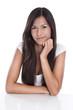 Glückliches junge Frau sitzend im Büro - isoliert schwarz weiß