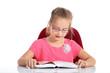 Mädchen mit Brille liest ein Buch