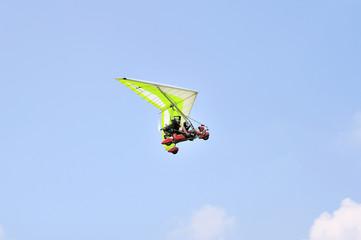 decollo di deltaplano ultraleggero a motore