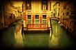 altes Haus an einem Kanal in Venedig im Antiklook