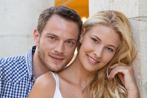 Verliebtes junges Paar im Urlaub - Sommerurlaub