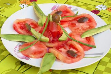 Ensalada de tomates con aguacates