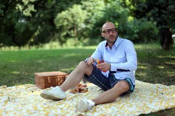 Mann beim Picknick