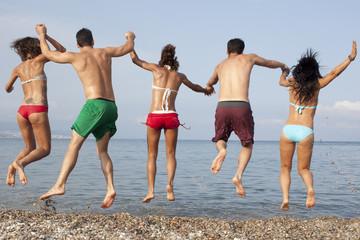 Fünf Freunde springen ins Meer