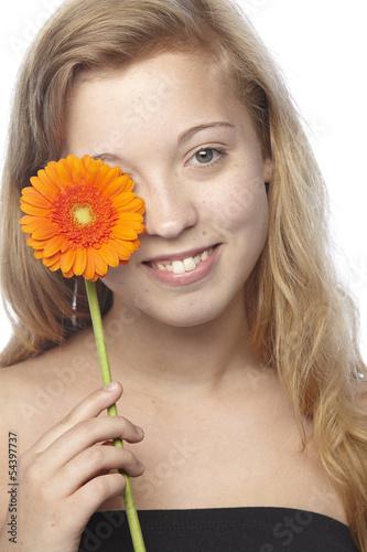 Junge Frau - Portrait mit orangefarbener Gerbera