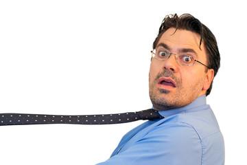 Uomo con la cravatta stretta strangolato dalle tasse