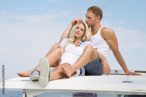 Zärtlichkeit - junges verliebtes Paar beim Segeln