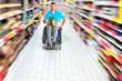 Rollstuhlfahrer beim Lebensmittelkauf