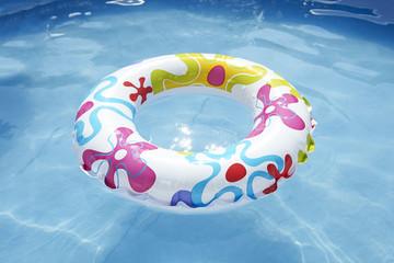bouee d'enfant dans la piscine