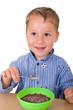 Kleiner Junge frühstückt