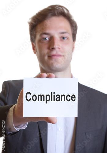Mann im Anzug mit Karte COMPLIANCE