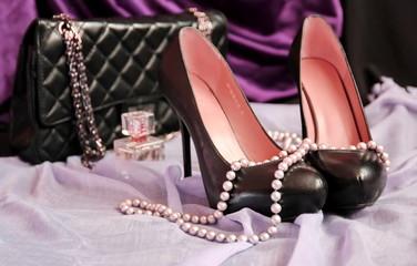 Черные туфли и гламурная сумочка