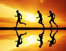 hommes qui couraient au coucher du soleil