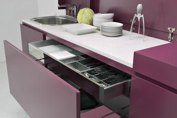 pila di piatti sul piano di lavoro del mobile in cucina